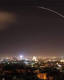 N�• l�›n trên bầu tr�i Syria, hình ảnh �'ầu tiên v� cu�™c tấn công của liên minh Mỹ-Anh-Pháp