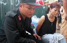 Cảnh sát nhờ cô gái đi đường kiểm tra áo ngực nữ nghi phạm
