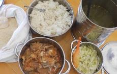 """Vụ trẻ ăn gạo mốc, đầu cá: """"Canh"""" sát bữa ăn!"""