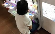 Hai cô bé cấp 2 khiến MXH tranh cãi vì mạnh tay chi 3 triệu rưỡi mua xèng chơi gắp thú ở TTTM