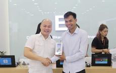 CEO Nguyễn Tử Quảng trao tận tay Bphone 3 cho những khách hàng đầu tiên