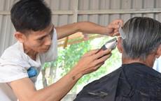 Vợ bỏ đi, người chồng tàn tật ở Hà Nội chống nạng cắt tóc nuôi 4 đứa con thơ