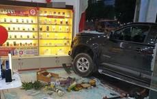 Hiện trường vụ ô tô đâm xe máy, lao vào cửa hàng di động ở Bắc Ninh được chia sẻ liên tục