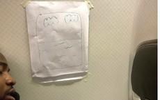 Nữ tiếp viên và hành động khiến hành khách nam không thể nhịn cười, chụp ảnh đăng ngay MXH
