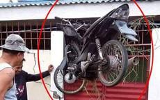 Chiếc xe máy chới với trên khe cổng khiến dân mạng đau đầu tìm nguyên nhân tai nạn