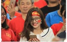 """Xuất hiện trên khán đài trận Việt Nam - Malaysia, facebook cô gái trẻ bỗng bị """"tấn công"""""""