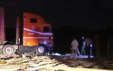 Dùng xẻng xúc đất đưa thi thể bé gái 6 tuổi ra khỏi gầm xe container