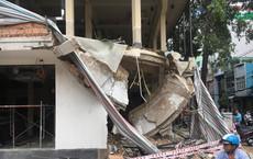 Sập công trình xây dựng, người dân bới đống đổ nát đưa hai người nguy kịch đi cấp cứu ở Sài Gòn
