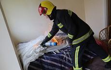 Định châm lửa đốt nhà, người đàn ông khựng lại vì thấy một vật bất ngờ dưới tấm nệm