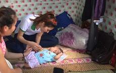 Em bé sơ sinh chưa rụng rốn bị người thân lén bỏ vào phòng bảo vệ cùng 1 triệu đồng