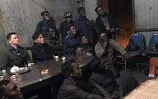 12 người đàn ông mặt lấm lem, ngồi chăm chú xem chung kết AFF Cup - hình ảnh gây xúc động