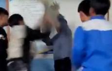 Học sinh cầm gậy đánh liên tiếp vào đầu thầy giáo