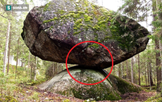 """Tảng đá thách thức """"trọng lực"""" Kummakivi và truyền kỳ bí ẩn ở Phần Lan"""