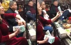 CLIP: Bà nội lì xì bằng cọc tiền 500 nghìn khiến nhiều cô vội xin làm cháu dâu