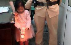 CSGT tìm người thân cho bé gái 5 tuổi đi lạc ngày mùng 1 Tết