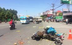 Vụ xe khách gây tai nạn: Xe máy đổ chồng lên nhau, một cô gái kẹt dưới gầm xe