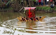 Hàng chục thanh niên trầm mình dưới nước lạnh, rước kiệu Thánh ở Thái Bình