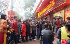 Mặc mưa rét, người dân xếp hàng dài cả tiếng đồng hồ chờ mua vàng cầu may ngày Vía Thần Tài