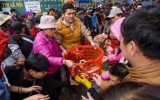 Hàng vạn người chuyền tay nhau phóng sinh gần 5 tấn cá xuống sông Hồng