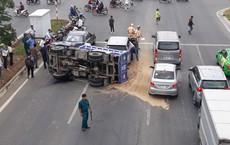 Va chạm với 2 ô tô, xe tải 'chổng vó' trên đại lộ đẹp nhất Sài Gòn