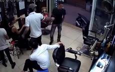Ẩu đả trong tiệm cắt tóc, thanh niên rút vật giống súng dơ lên đe dọa