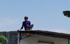 Thanh niên cầm gạch đá đe dọa người đi đường, cố thủ trên mái nhà ở Sài Gòn