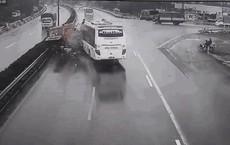 """Nhà xe nói tài xế xe khách """"không nghe thấy tiếng hụ còi"""" của xe cứu hỏa"""