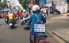 Người phụ nữ và tấm biển sau lưng khiến tất cả chủ động né tránh