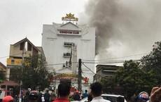 Cháy quán karaoke 6 tầng ở Hà Tĩnh, 3 người bị mắc kẹt bên trong