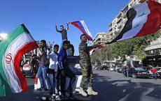"""Hàng trăm người Syria xuống đường ăn mừng """"chiến thắng"""" sau khi đánh chặn tên lửa Mỹ"""