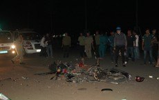 Hai xe máy đối đầu nát bét trong đêm, 2 người thương vong