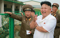 Thuốc lá biến mất trên tay ông Kim, tên lửa biến mất trên truyền hình: Điều gì đang xảy ra ở Triều Tiên?