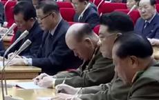 Tổng tham mưu trưởng Triều Tiên ngủ gật khi ông Kim Jong Un đọc thông báo quan trọng?