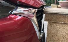 Cẩn thận không thừa: Một khi chị em đã đỗ ô tô thì cái logo cũng đừng hòng lấy!