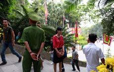 Nhiều phụ nữ ăn mặc phản cảm không được lên làm lễ tại Đền Hùng