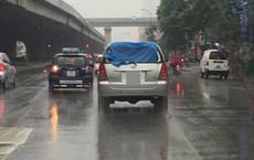 Đi ô tô mà vẫn phải mặc áo mưa: Hình ảnh trên phố Hà Nội khiến bao người bật cười