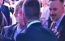 Khoảnh khắc Elton John hôn David Beckham rồi tự liếm môi gây sốt tại đám cưới Hoàng gia Anh