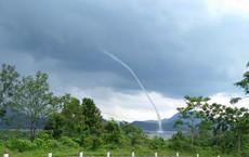 Clip: Xuất hiện vòi rồng hút nước từ hồ thủy điện lên trời ở Quảng Trị