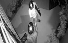 Nữ giáo viên bị hai thanh niên kề kiếm vào cổ cướp tiền, vàng lúc nửa đêm
