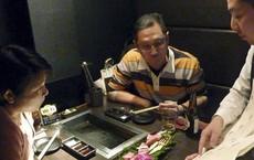Nhật Bản: Gọi món đã lâu không thấy phục vụ mang ra, khách ghé mắt vào bếp xem thấy cảnh tượng hãi hùng