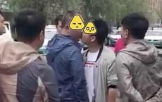 Trung Quốc: Trong lúc đang cãi nhau, nam thanh niên bất ngờ hôn đối tượng xô xát với mình