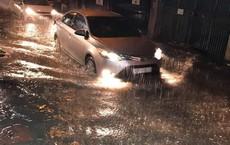 Hà Nội mưa lớn, nhiều tuyến phố ngập sâu