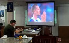 Người đàn ông ngoại quốc trong quán bia hơi Hà Nội và màn cổ vũ Iceland hút nghìn like