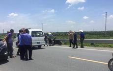 Khám nghiệm tử thi để xác định nguyên nhân 2 thiếu nữ tử vong bên vệ đường