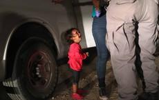 Câu chuyện ít biết đằng sau bức ảnh đầy ám ảnh khiến Tổng thống Trump ký sắc lệnh chưa từng có về nhập cư