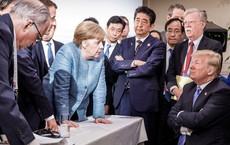 """Sau phút gay cấn, ông Trump ném kẹo dẻo cho bà Merkel và nói """"Đừng nói tôi chưa cho bà cái gì"""""""