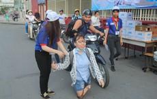 Nữ sinh bị teo chân ở Sài Gòn hi vọng 8 điểm môn Văn, thí sinh CSCĐ được chép bài hộ