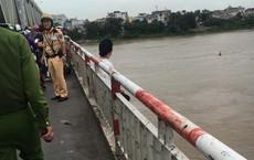 Cảnh sát giải cứu người phụ nữ ngồi vắt vẻo trên thành cầu Chương Dương