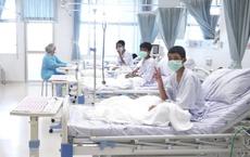NÓNG: Hình ảnh đầu tiên của các cầu thủ nhí Thái Lan sau khi được giải cứu thành công