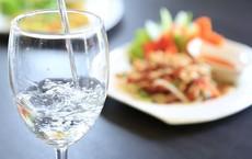 Uống nước ngay khi vừa ăn xong hay đợi 30 phút sau: Nhiều người đang có thói quen sai lầm